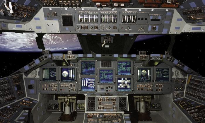 لوحة التحكم داخل قمرة القيادة في المكوك الفضائي