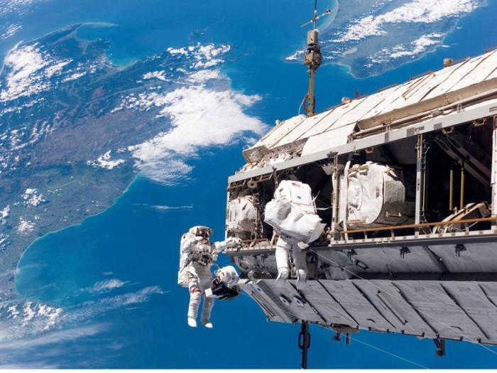 رواد فضاء يقومون بإصلاحات في الفضاء