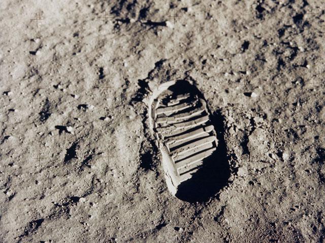 أثر حذاء على القمر